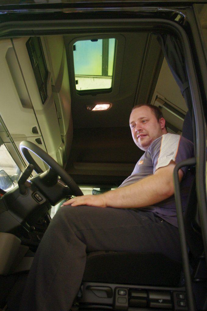 Kelemen Péter egyéni vállalkozó autójában